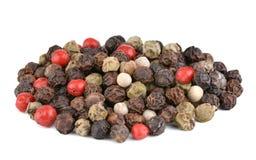 Svartpeppar paprika, vit peppar, rosa färgpeppar, hel peppar, svartpeppar kärnar ur arkivfoton