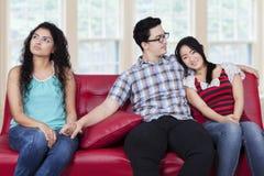 Svartsjuka flickainnehavhänder med mannen arkivfoton