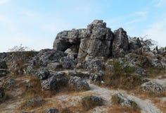 Svartstenar som ligger på jordningen Royaltyfri Bild