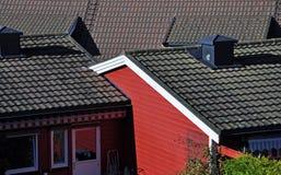 Svarttak och färgrik fasad av historiska hus Royaltyfria Bilder