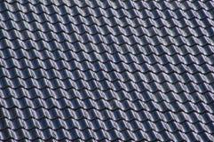 Svarttegelplattor som arrangera i rak linje på ett tak Arkivbild