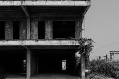 Svartvit övergiven byggnad arkivbild