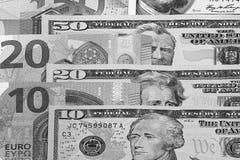 Svartvit abstrakt bakgrund för US dollar och för euro Arkivfoton