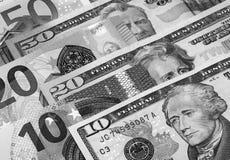 Svartvit abstrakt bakgrund för US dollar och för euro Arkivbild