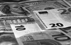 Svartvit abstrakt bakgrund för US dollar och för euro Royaltyfri Foto