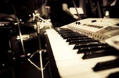 Svartvit abstrakt bild av musikinstrumentet, elektroniskt p Royaltyfri Bild