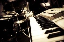 Svartvit abstrakt bild av musikinstrumentet, elektroniskt p Fotografering för Bildbyråer