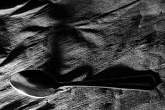 Svartvit bakgrund för abstrakt kontrast med en sked, foto Royaltyfri Foto