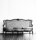 Svartvit bild av den antika soffan i en retro inre Royaltyfri Bild
