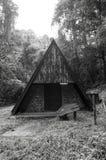Svartvit bild av den gamla kojan i skog Arkivfoton