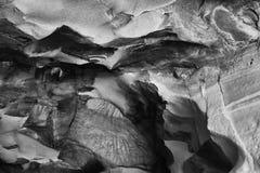 Svartvit bild av den härliga texturerade grottaväggen Royaltyfria Bilder