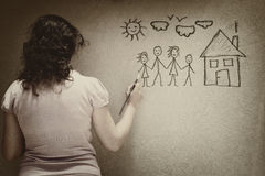 Svartvit bild av den unga kvinnan som avbildar en familj med uppsättningen av infographics över texturerad väggbakgrund Arkivbild