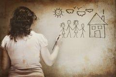 Svartvit bild av den unga kvinnan som avbildar en familj med uppsättningen av infographics över texturerad väggbakgrund Arkivfoto