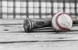 Svartvit bild av en baseball och ett slagträ på wood yttersida Fotografering för Bildbyråer