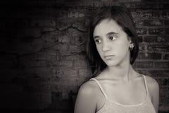 Svartvit bild av en deprimerad tonårs- flicka Arkivfoto