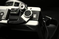 Svartvit bild av en gammal manuell kamera SLR arkivfoton