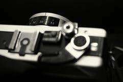 Svartvit bild av en gammal manuell kamera SLR royaltyfri fotografi