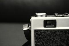 Svartvit bild av en gammal manuell kamera SLR arkivbilder