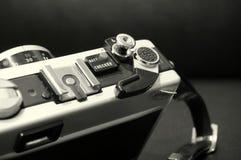 Svartvit bild av en gammal manuell kamera SLR arkivbild