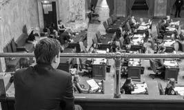 Svartvit bild av en ung man som sitter i gallerit av capitolbyggnaden arkivfoton