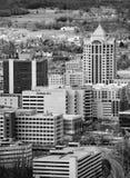 Svartvit bild av hjärtan av i stadens centrum Roanoke arkivfoto