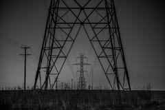 Svartvit bild av kraftledningar Arkivfoton