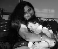 Svartvit bild av moder-dottern i lycksaligt lynne royaltyfria foton