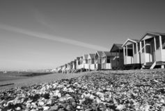 Svartvit bild av strandkojorna på Thorpe Bay, Essex, England royaltyfria bilder