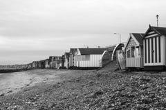 Svartvit bild av strandkojorna på Thorpe Bay, Essex, England arkivfoton