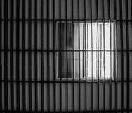 Svartvit bild av takbelysning av lysröret Arkivfoto