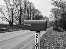 Svartvit brevlåda royaltyfri bild