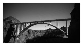 Svartvit bro över klara himlar Arkivbild