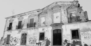 Svartvit byggnad i Portugal royaltyfri bild