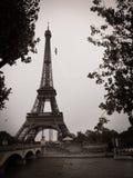 Svartvit Eiffeltorn i staden av Paris  Arkivfoto