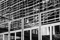 Svartvit fascade av kontorsbyggnad med reflexioner i fönstren Arkivfoto