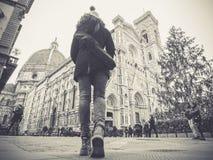 Svartvit florence Italien kvinna som går in mot cathedren fotografering för bildbyråer