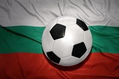 Svartvit fotbollboll på nationsflaggan av Bulgarien Royaltyfri Bild