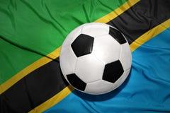 Svartvit fotbollboll på nationsflaggan av Tanzania Arkivbilder