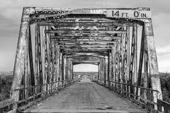 Svartvit gammal bro Arkivbilder
