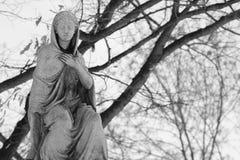 Svartvit gammal staty Arkivfoto