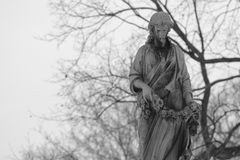 Svartvit gammal staty Fotografering för Bildbyråer