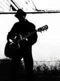 Svartvit gitarrspelare Royaltyfri Foto