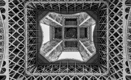 Svartvit grafisk bild av Eiffeltorn som underifrån ses, Paris, Frankrike royaltyfri fotografi