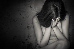 Svartvit grungebild av en tonårig flickagråt