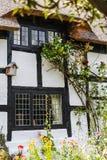 Svartvit halmtäckt stuga i Cheshire Countryside nära den Alderley kanten Arkivfoto