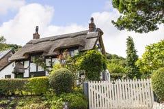Svartvit halmtäckt stuga i Cheshire Countryside nära den Alderley kanten Royaltyfri Foto