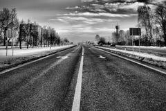 Svartvit huvudväg Arkivbild