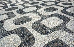 Svartvit iconic mosaik, portugisisk trottoar vid den gamla designmodellen på den Ipanema stranden, Rio de Janeiro arkivfoton