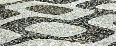 Svartvit iconic mosaik, portugisisk trottoar vid gammal design royaltyfri fotografi