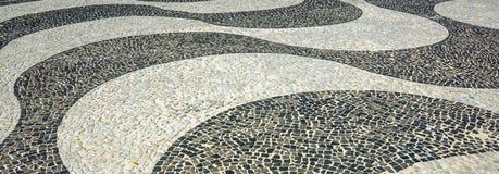 Svartvit iconic mosaik vid den gamla designmodellen på Copacaban arkivbild